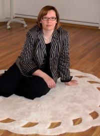 Maria Hanhisalo istumassa matolla